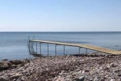 Gundejerforeningens badebro er fra sommeren 2018. For enden af broen er der det fineste sand.
